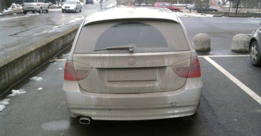 Auto con targa sporca