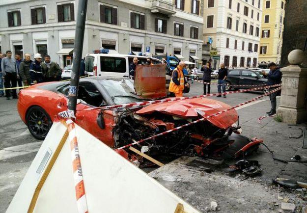 Ferrari finisce in negozio in centro Roma, ferito conducente