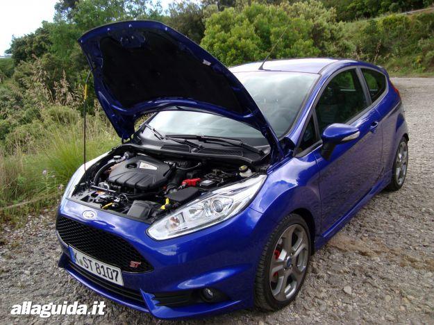 Ford Fiesta ST 2013 con cofano aperto