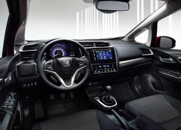 Interni della Honda Jazz 2015 con sistema infotainment
