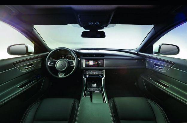 Interni di nuova Jaguar XF 2015