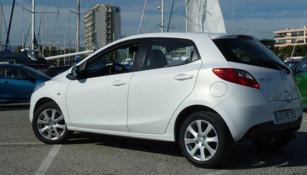 Mazda 2 laterale posteriore bianca