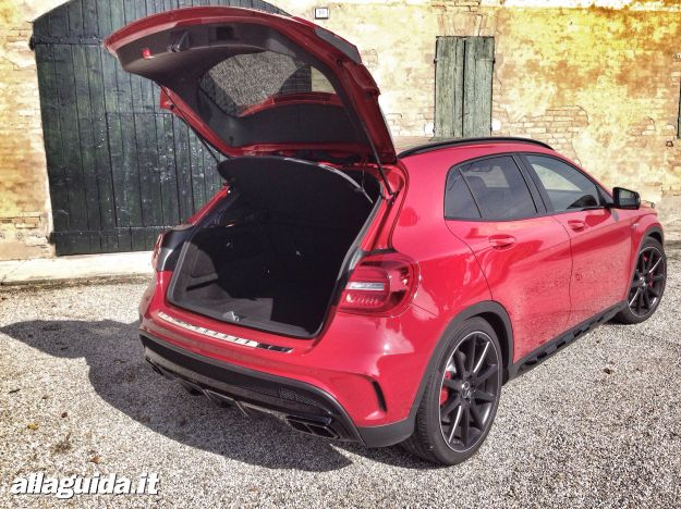 mercedes gla 45 amg prova su strada prezzo motore e prestazioni foto e video allaguida. Black Bedroom Furniture Sets. Home Design Ideas