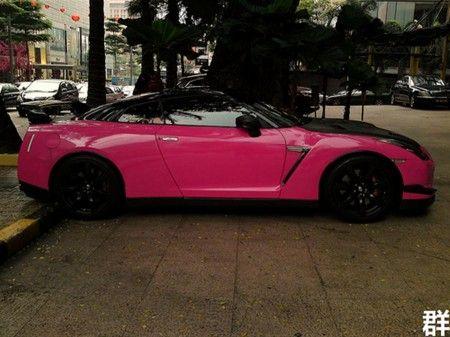 Nissan GT R rosa fiancata