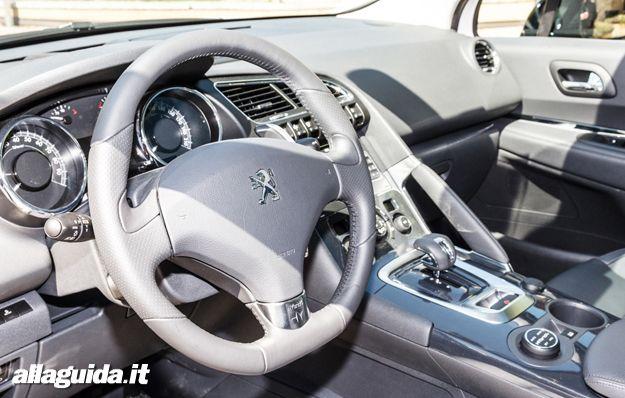 Peugeot 3008 HYbrid4 volante e posto di guida