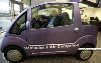 """L'ingegnere Guy Negre accanto alla """"sua"""" auto ad aria compressa...."""