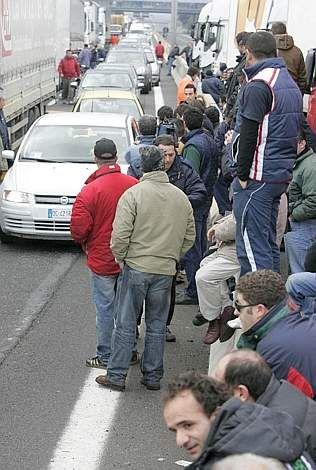 Camionisti in gruppo, bloccano autostrada A1 ( Foto Ansa )