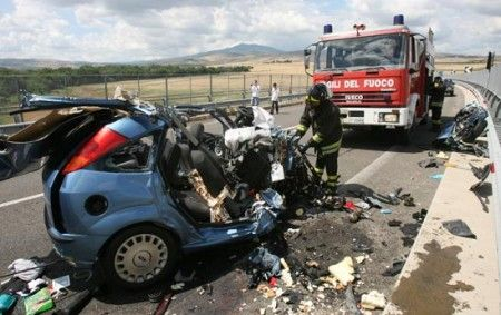incidente stradale mortale auto distrutta