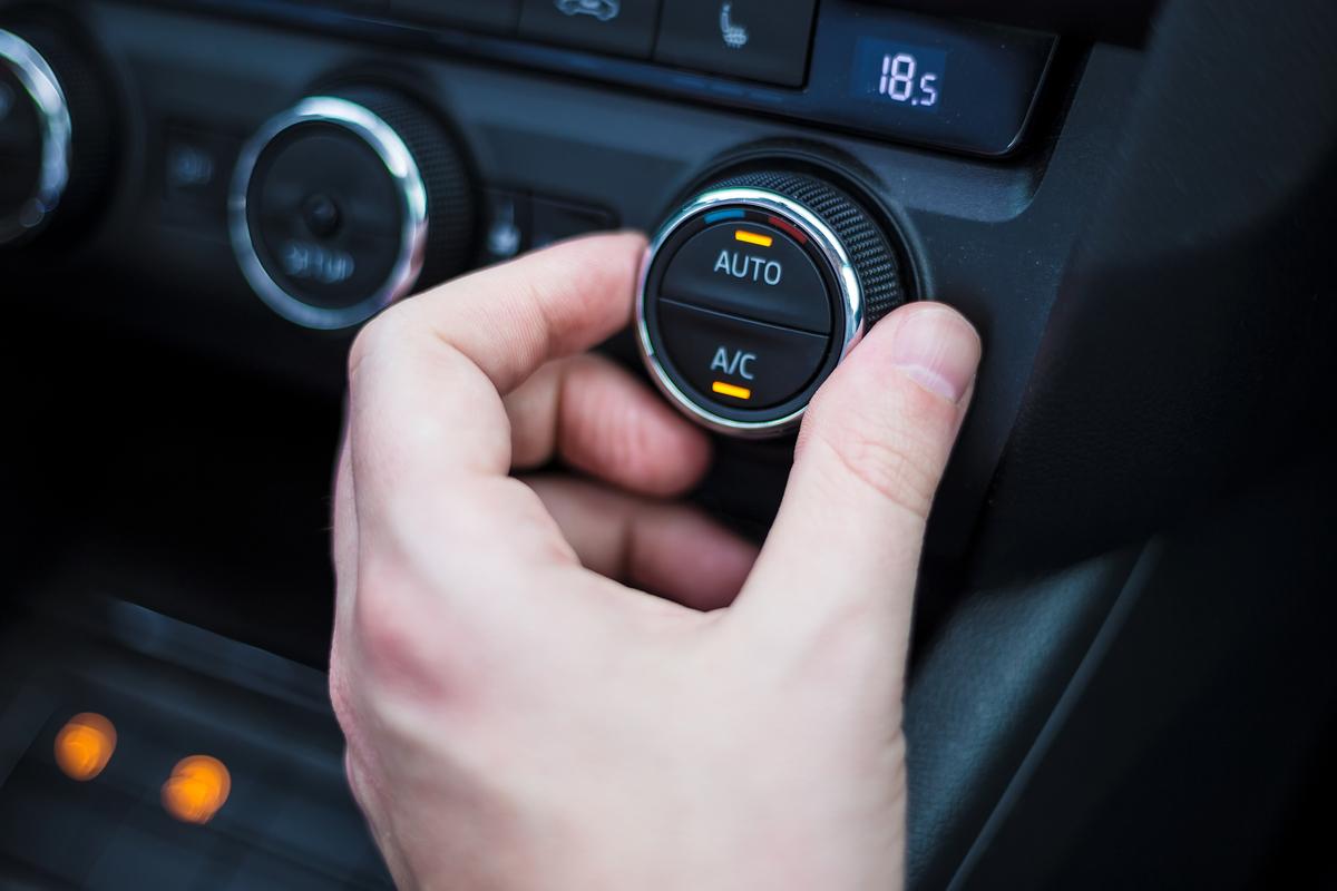 Aria condizionata in auto: come fare per ricaricarla e ogni quanto