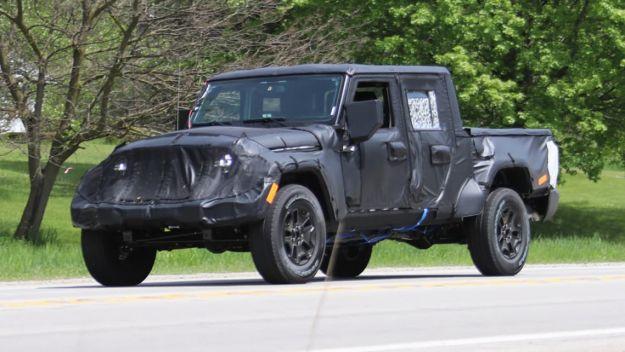 Jeep Wrangler pickup 2019, foto spia: si chiamerà Scrambler ed avrà il V6 diesel [FOTO]