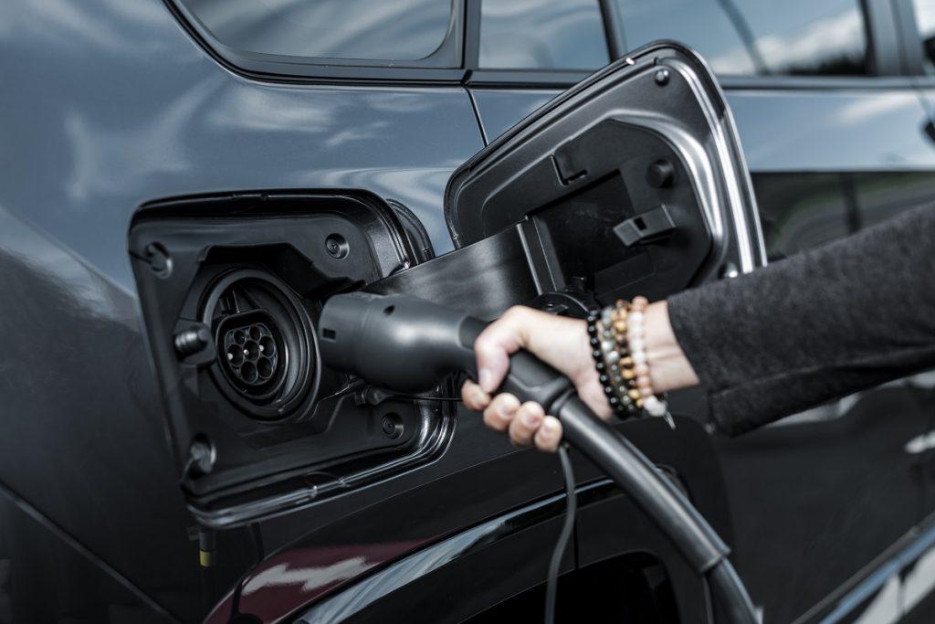 Toyota RAV4 plug-in hybrid in ricarica