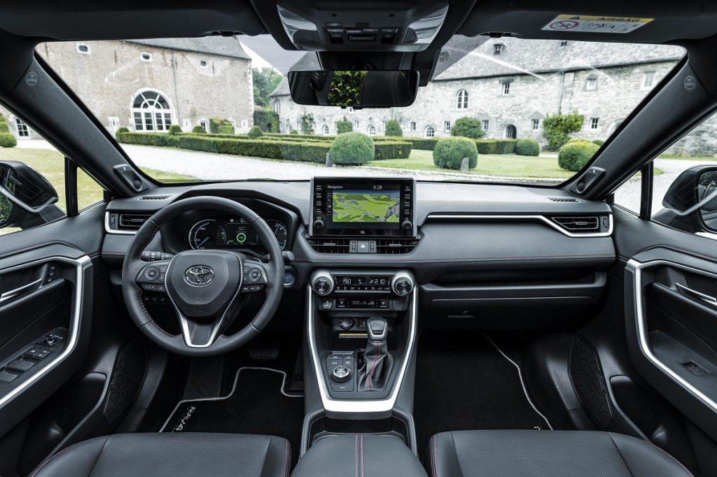 interni Toyota RAV4 plug-in hybrid