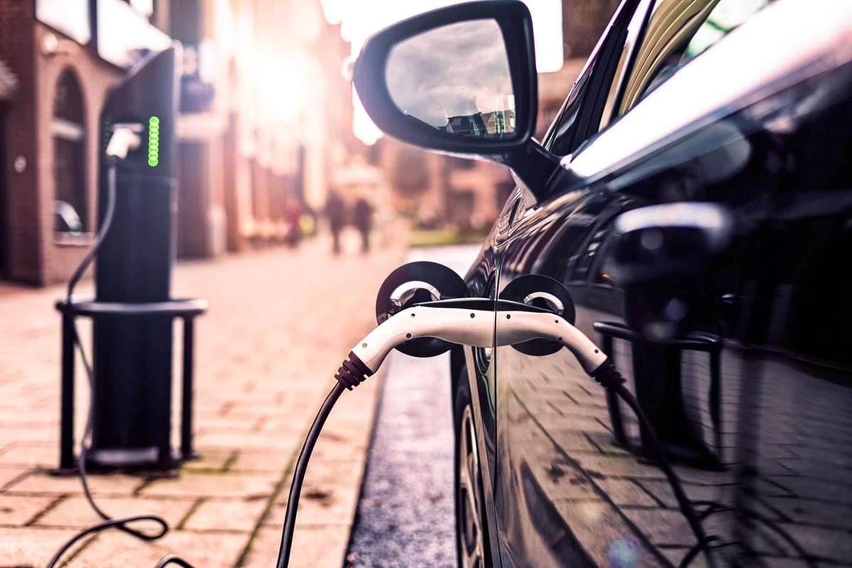 Un'auto elettrica in ricarica