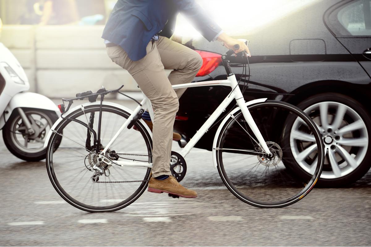Un uomo in bicicletta nel traffico