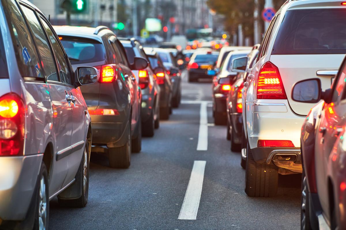 Inquinante, vecchia e costosa: ecco l'identikit dell'auto in Italia