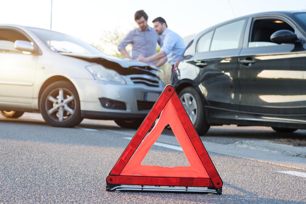 Due uomini coinvolti in un incidente con constatazione amichevole