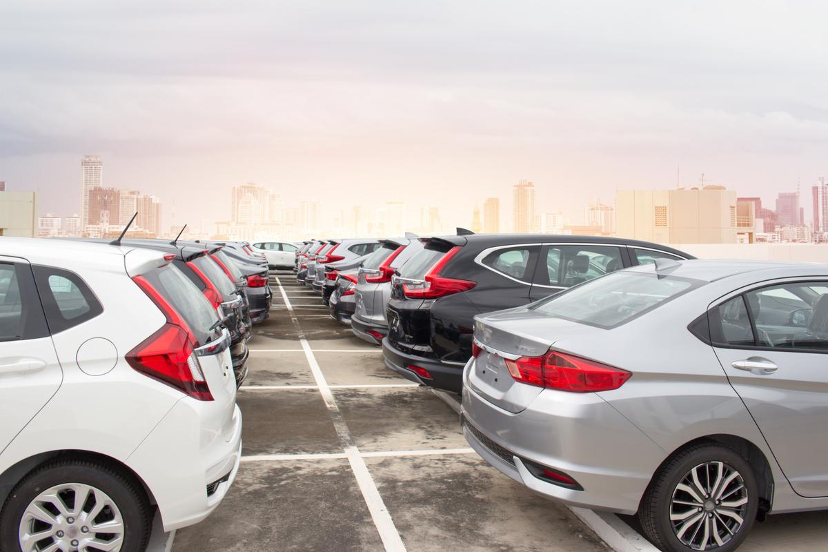Auto in un deposito in seguito al crollo del mercato auto Europa in aprile