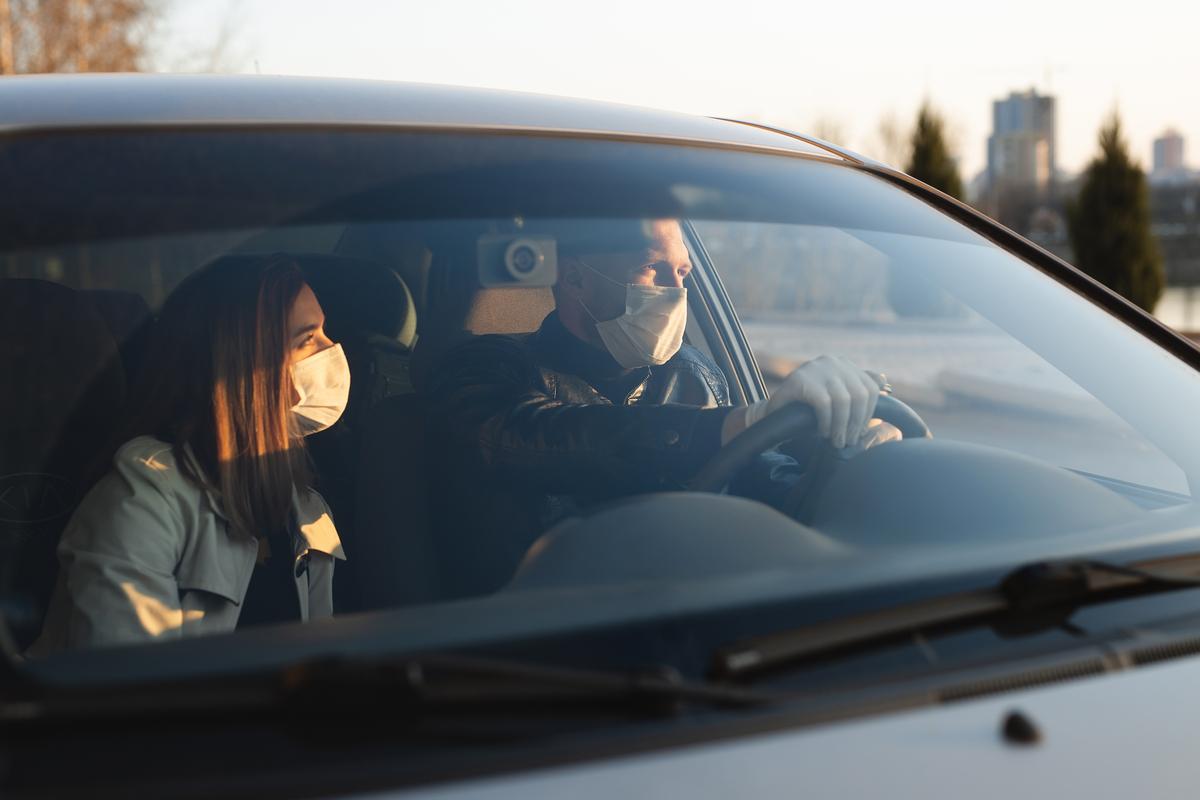 Due persone all'interno dell'abitacolo rispettano le regole auto per gli spostamenti