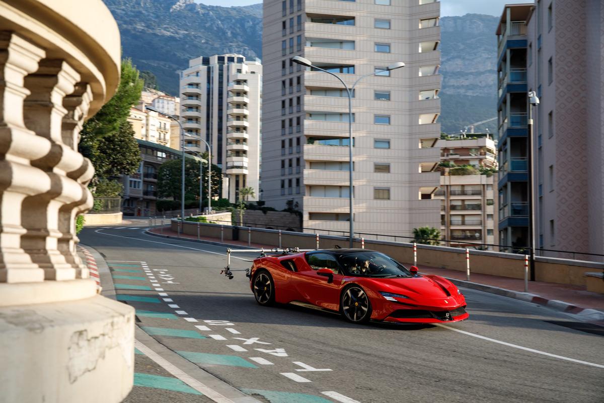 Leclerc al volante della Ferrari SF90 Stradale