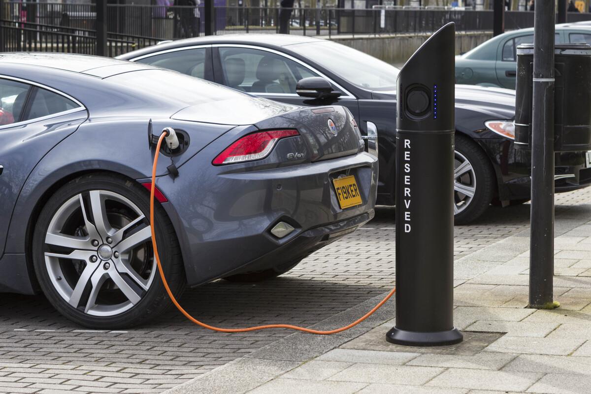 Un'auto elettrica in Gran Bretagna