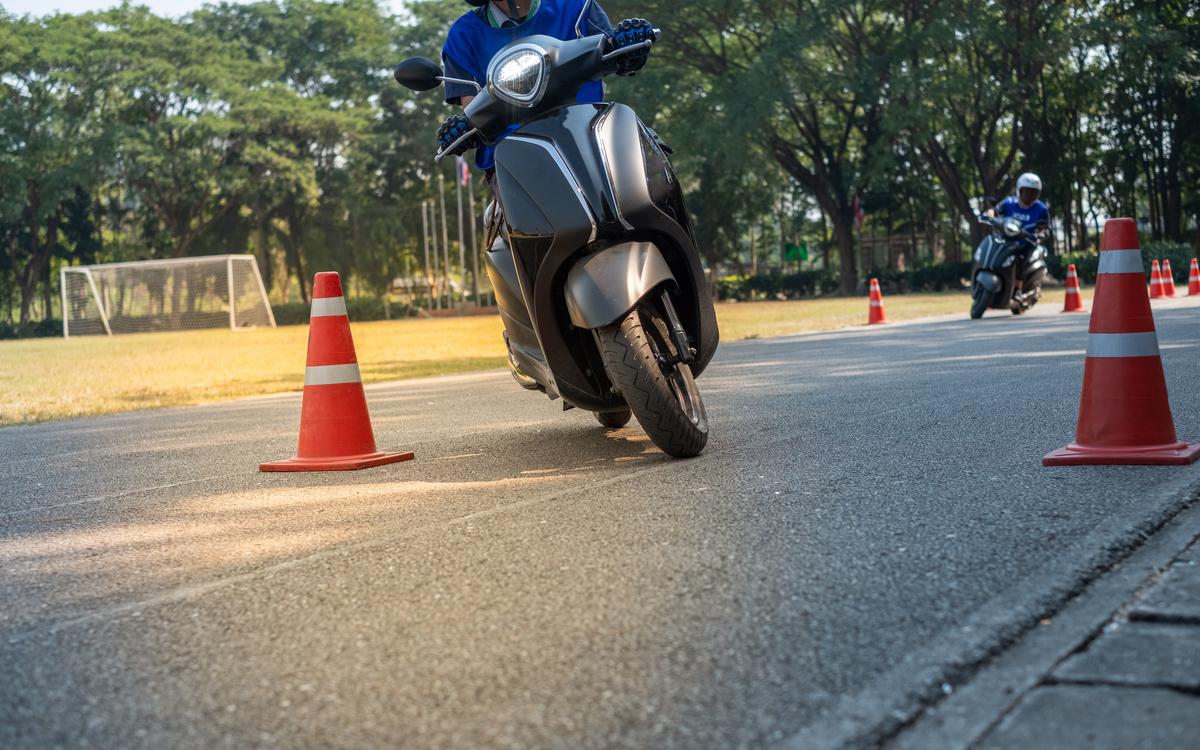 Un giovane durante l'esame per la patente moto A2