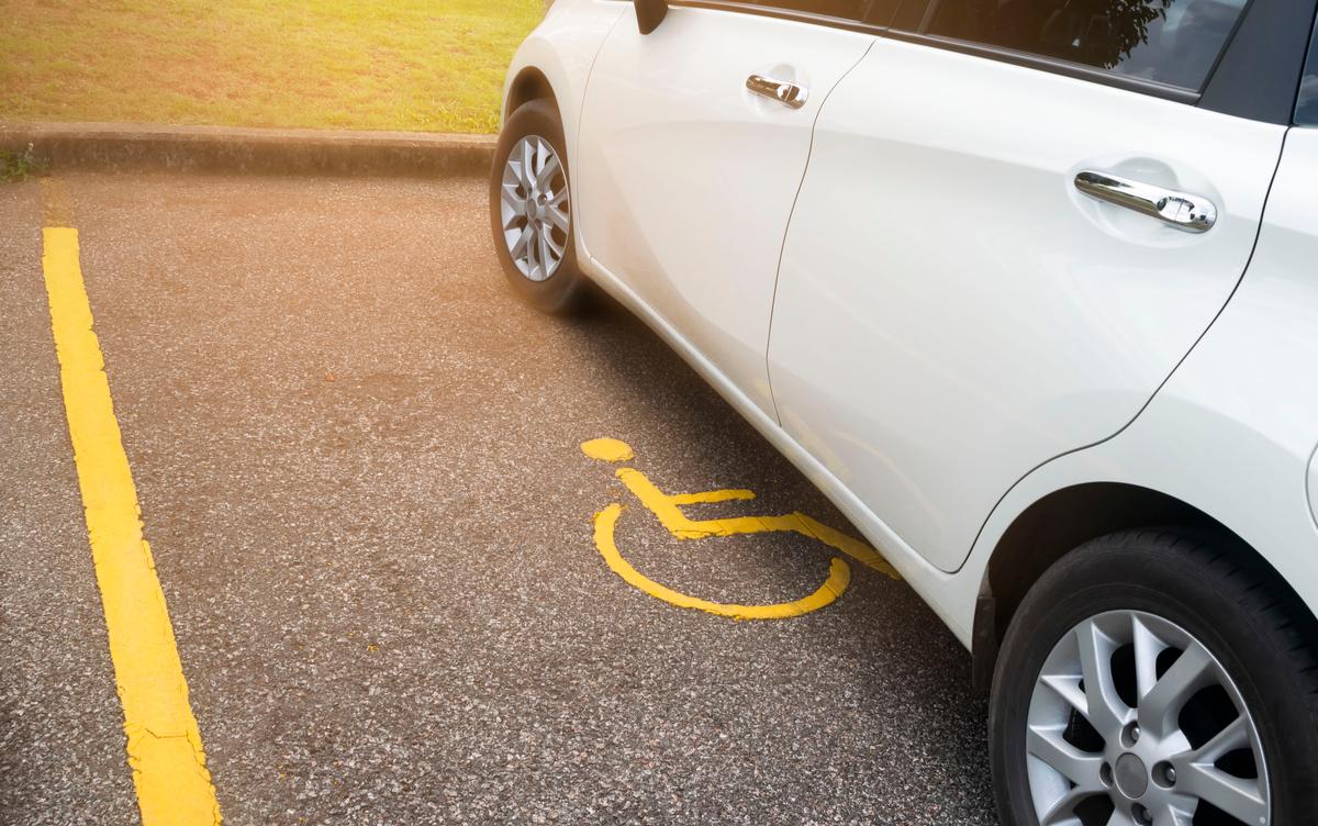 Un posto auto riservato ai portatori di handicap