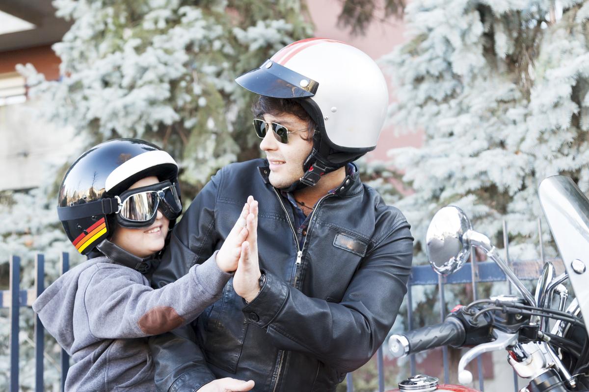 Bambini in moto: regole e consigli su come trasportarli e viaggiare in sicurezza