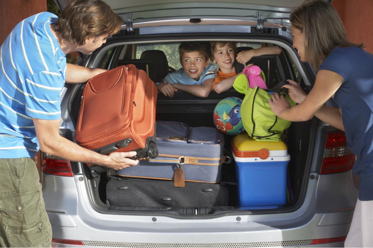 Viaggi in auto, come caricare i bagagli senza rischiare la multa