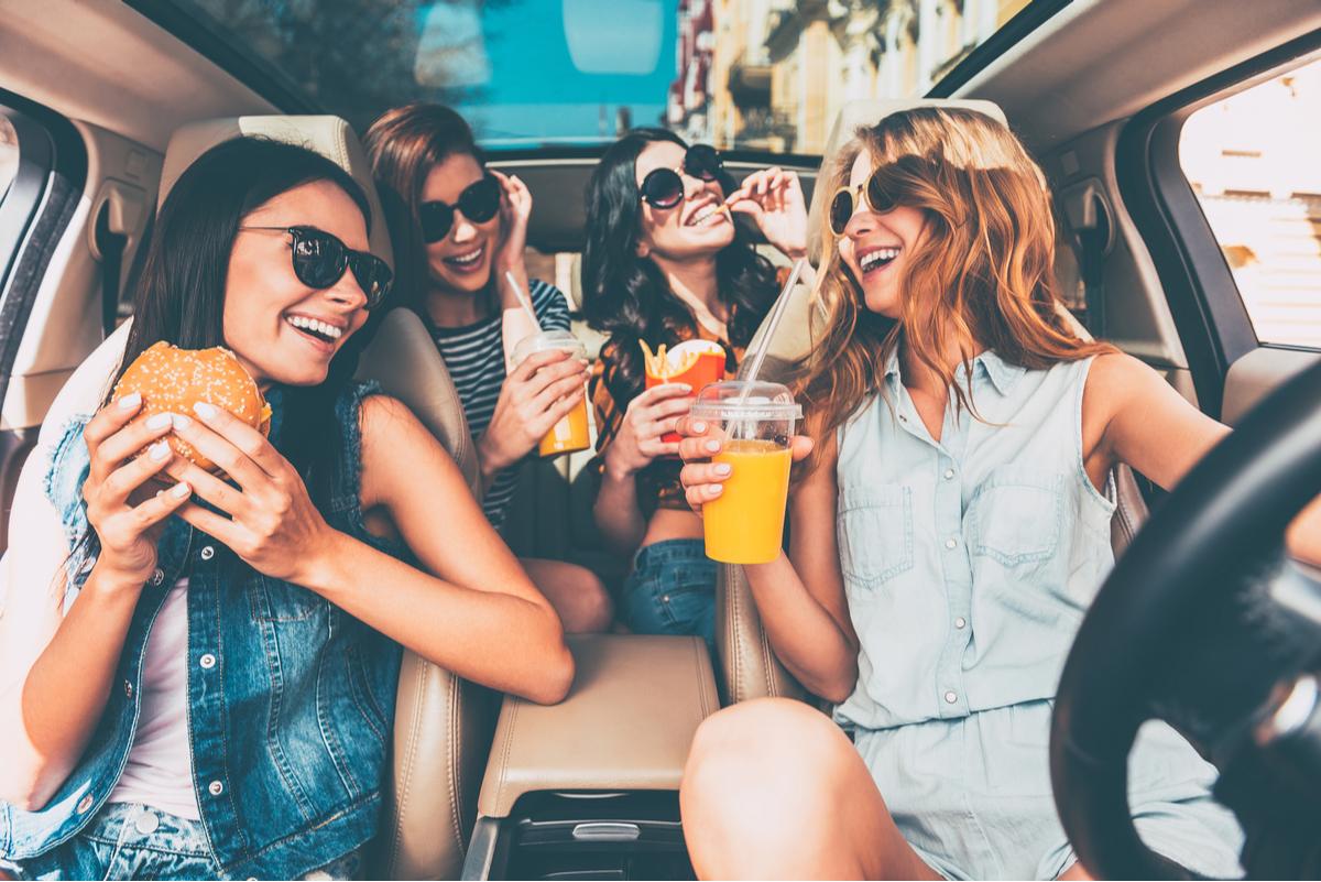 Vacanze in auto, cosa mangiare in viaggio e quali cibi evitare alla guida