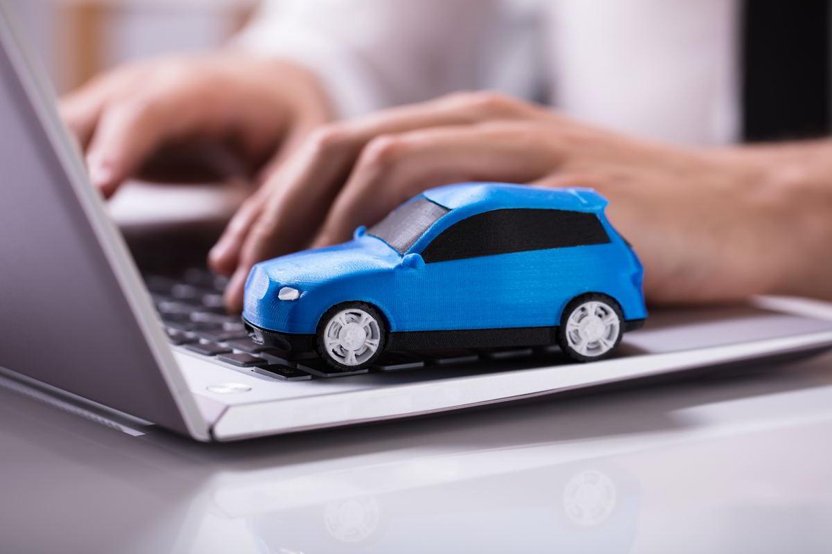 modellino auto blu su pc