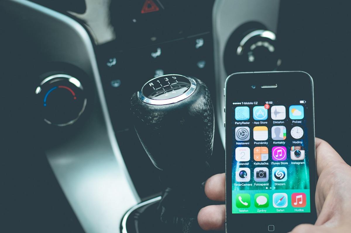 smartphone abitacolo veicolo auto