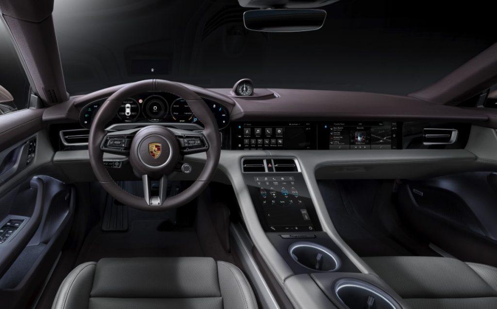 Gli interni della Porsche Taycan