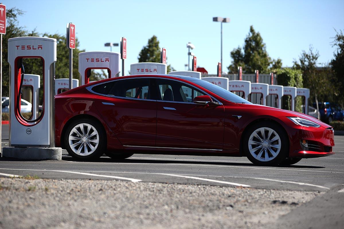 automobile rossa tesla
