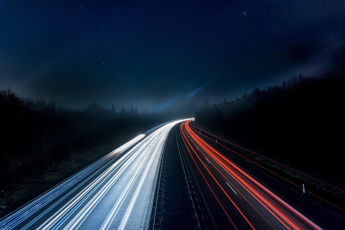 Immagine notturna di un'autostrada - Electric days digital