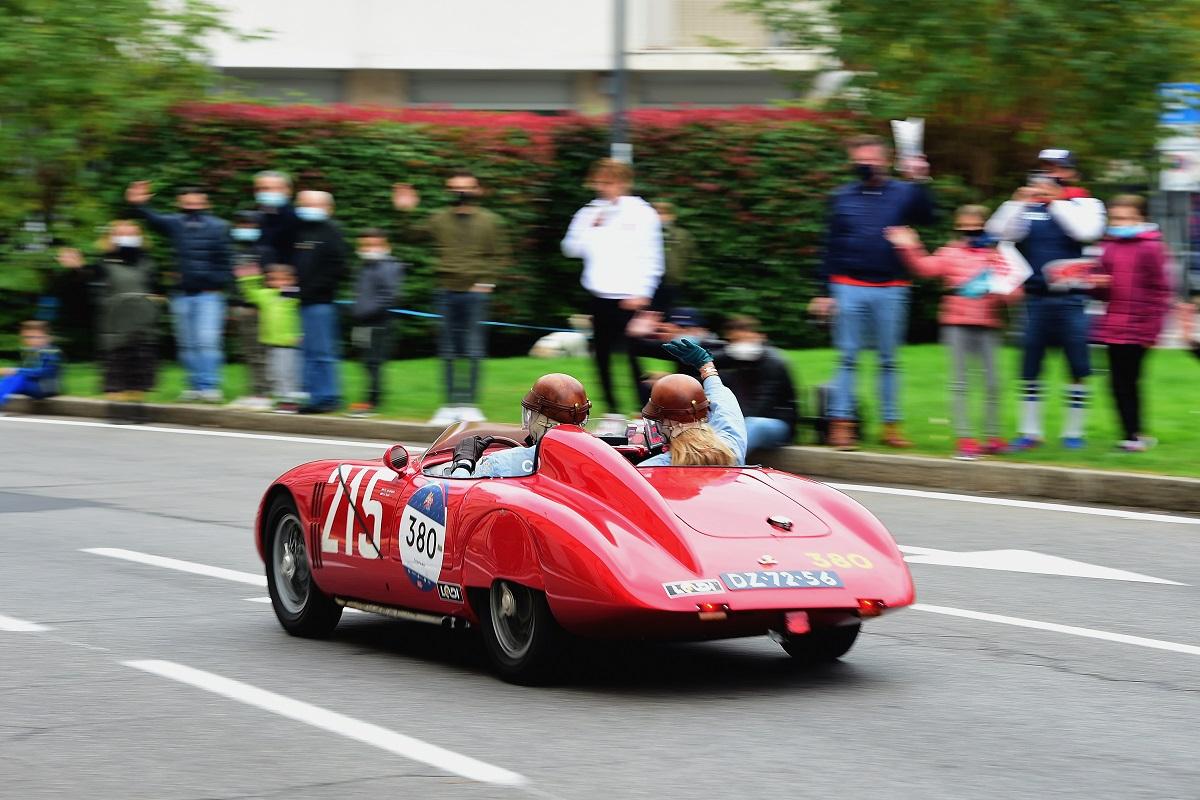 1000 Miglia Il pilota Pieter Van Adrighem e il copilota Carola Berkel corrono a bordo di un'auto d'epoca Osca S187 / 750 del 1956 durante la 1000 Miglia 2020 il 22 ottobre 2020 a Brescia, Italia