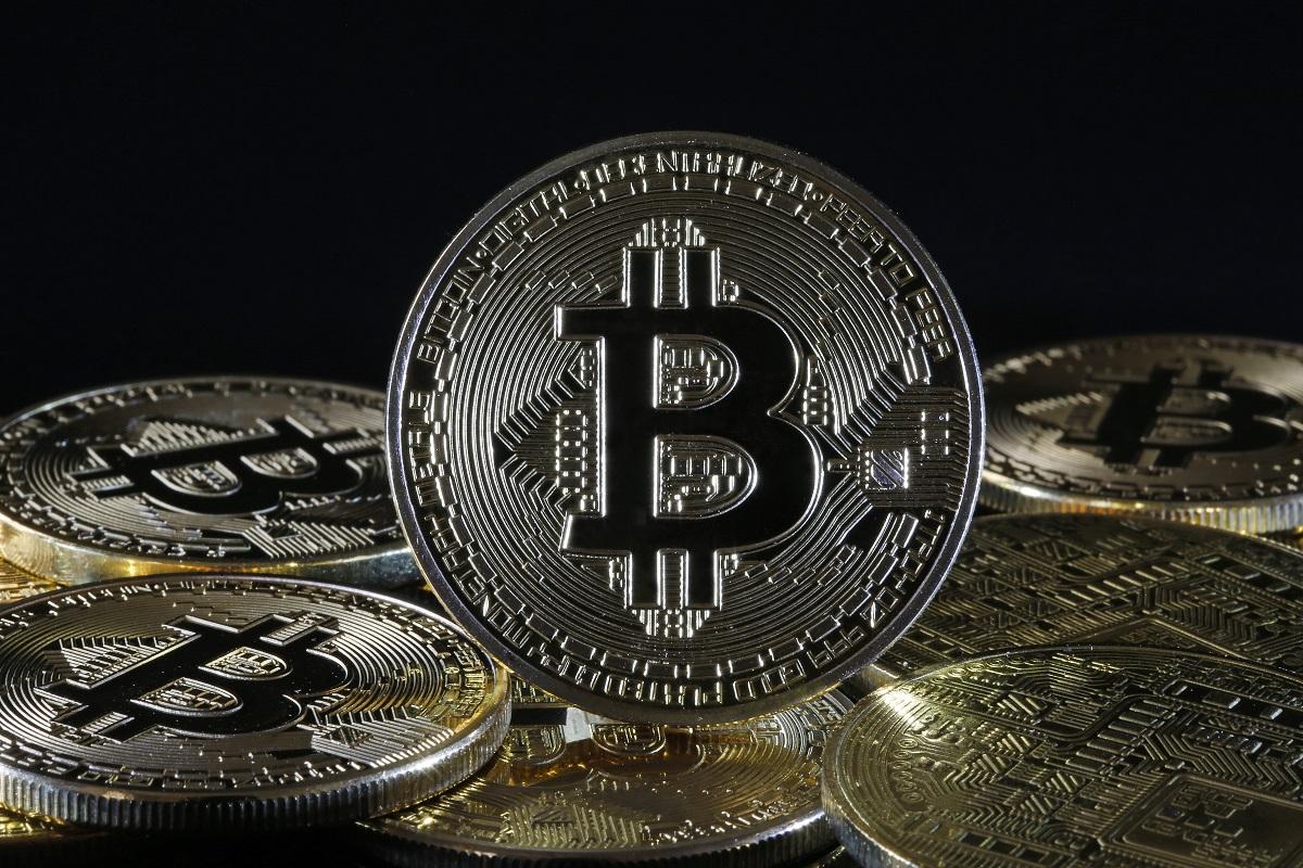 In questa illustrazione fotografica, una rappresentazione visiva della criptovaluta digitale, Bitcoin è in mostra il 9 febbraio 2021 a Parigi, Francia. Il valore di Bitcoin (BTC) ha superato per la prima volta nella storia la soglia dei 48.000 dollari. Il produttore di veicoli elettrici Tesla ha investito $ 1,5 miliardi nella valuta virtuale e inizierà ad accettarlo come pagamento per l'acquisto delle sue auto, ha affermato il gruppo. La mossa arriva giorni dopo che Elon Musk ha temporaneamente modificato la sua mini-descrizione di Twitter semplicemente in #bitcoin.