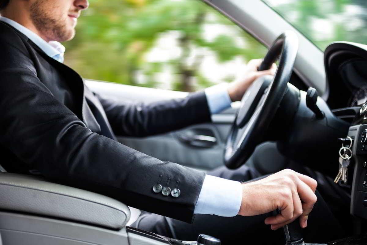 uomo guida auto