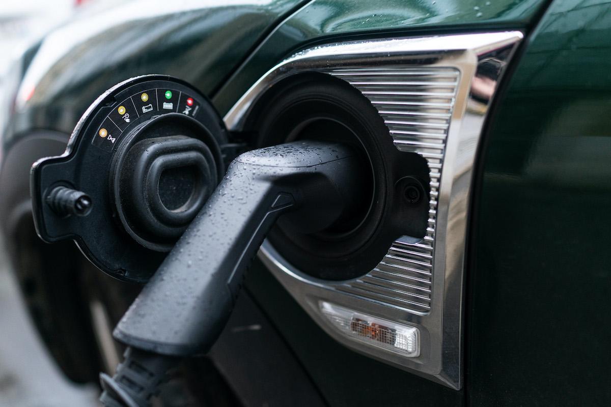 auto elettrica punto di ricarica spina