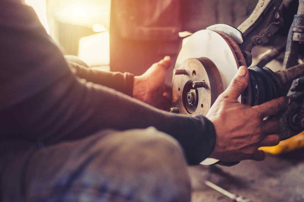 Uomo sostituisce il freno a tamburo