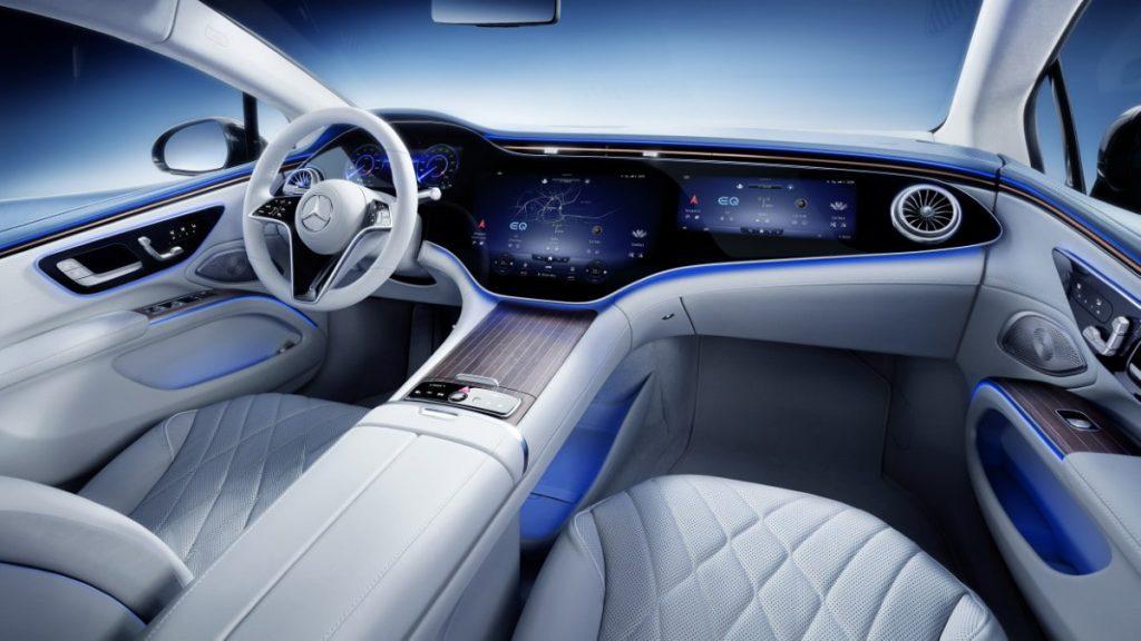 Mercedes EQS interni con hyperscreen MBUX