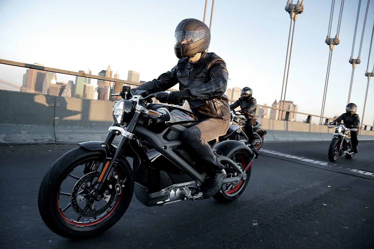 Motociclista che guida una moto Harley Davidson elettrica