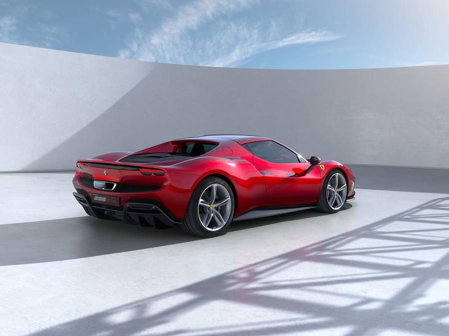 Ferrari 296 GTB profilo posteriore