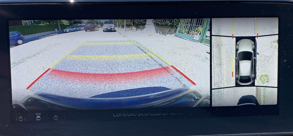 nuova Mazda 3_telecamera con monitor 360°