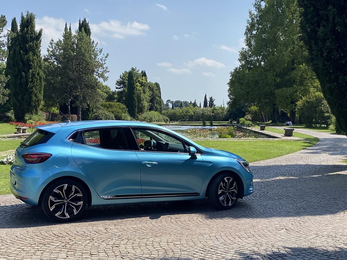 Alla guida di nuova Renault Clio E-Tech, una full hybrid rivoluzionaria