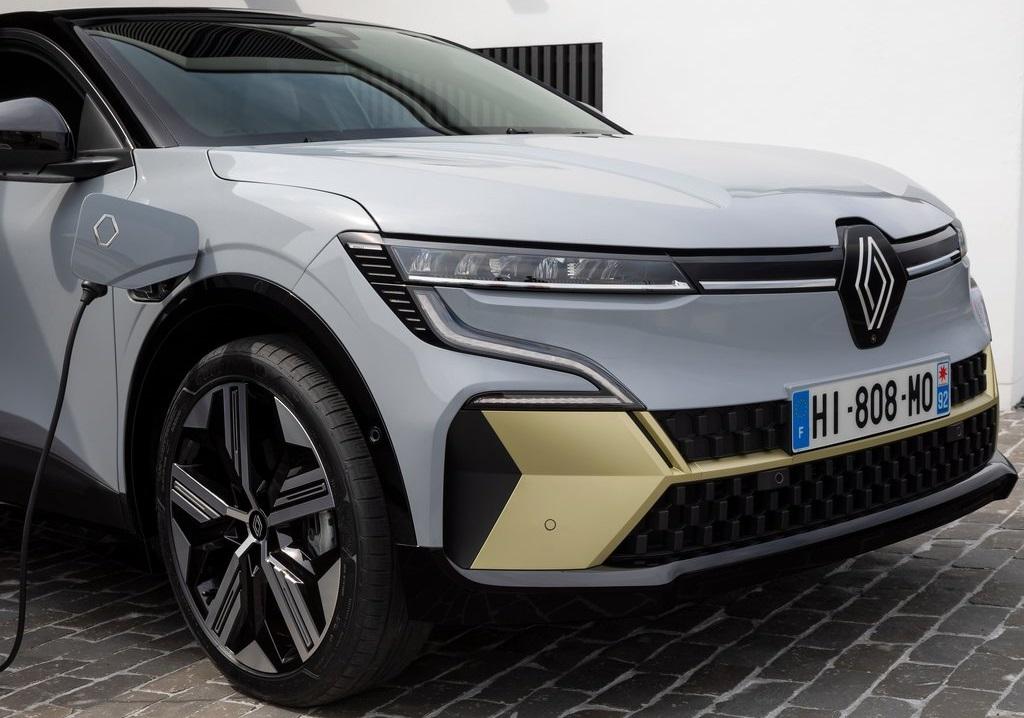 Renault-Megane-E-Tech-2022-in-ricarica