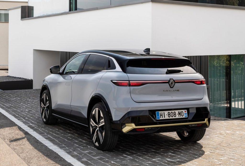 Renault-Megane-E-Tech-2022-profilo-posteriore