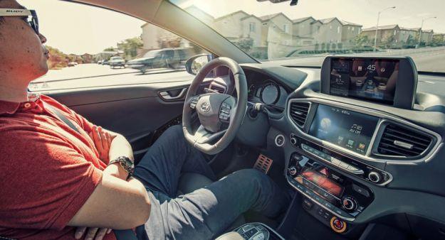 Guida autonoma e perplessità: il 50% degli automobilisti non vuole salire in auto autonome