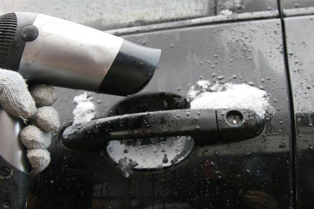 Come aprire sportello auto ghiacciato