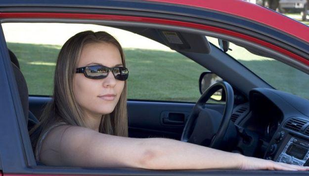 Guidare con il braccio fuori dal finestrino