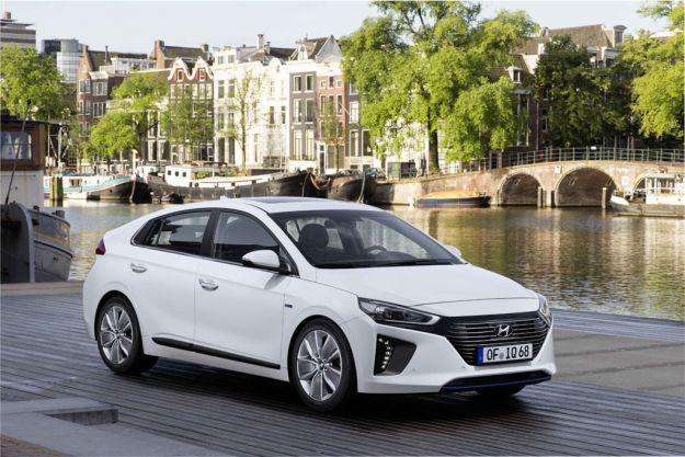 Hyundai IoniQ 2017: prezzo, consumi e dimensioni. Anche plug-in Hybrid ed elettrica [FOTO]